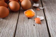 Ovos marrons da galinha fresca na madeira rústica, fundo do conceito do cultivo orgânico Foto de Stock Royalty Free
