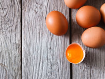 Ovos marrons da galinha fresca na madeira rústica, fundo do conceito do cultivo orgânico Imagem de Stock