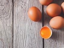 Ovos marrons da galinha fresca na madeira rústica, fundo do conceito do cultivo orgânico Fotografia de Stock Royalty Free