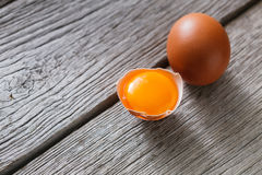 Ovos marrons da galinha fresca na madeira rústica, fundo do conceito do cultivo orgânico Fotografia de Stock