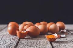 Ovos marrons da galinha fresca na madeira rústica no fundo preto Foto de Stock Royalty Free