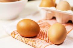 Ovos marrons frescos na caixa Fotos de Stock Royalty Free