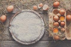 Ovos marrons frescos na caixa no fundo preto Fotografia de Stock Royalty Free