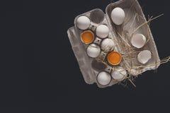 Ovos marrons frescos na caixa no fundo preto Fotos de Stock Royalty Free