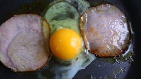 Ovos mexidos com carbonato grelhado da carne de porco filme