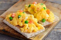 Ovos mexidos com os vegetais no pão friável Omeleta saudável do ovo mexido Cozimento caseiro fácil Estilo rústico closeup fotos de stock
