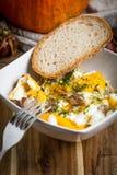 Ovos mexidos com salsicha e pão Fotos de Stock Royalty Free