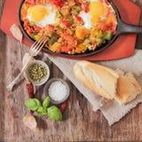 ovos mexidos com tomate e o café da manhã tradicional das pimentas imagens de stock