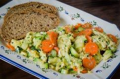 Ovos mexidos com vegetais e pão Fotografia de Stock