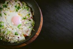 Ovos mexidos em uma frigideira, café da manhã dos ovos mexidos Foto de Stock