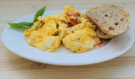 Ovos mexidos frescos com bacon e vegetais imagem de stock