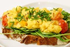 Ovos mexidos no pão de centeio Fotografia de Stock