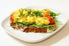 Ovos mexidos no pão de centeio Imagens de Stock