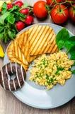 Ovos mexidos saudáveis do café da manhã com cebolinha, brinde do panini Foto de Stock Royalty Free