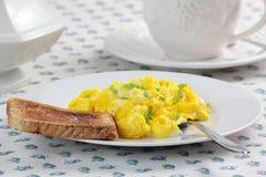 Ovos mexidos, xícara de café e brinde Imagem de Stock