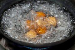 Ovos na água a ferver Fotografia de Stock Royalty Free