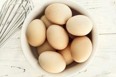 Ovos na bacia com opinião superior do batedor de ovos Fotos de Stock Royalty Free