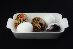 Ovos na bandeja branca da porcelana Fotos de Stock Royalty Free