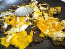 Ovos na bandeja, ovos cozinhados no óleo, ovos cozinhados com salsicha, Imagens de Stock Royalty Free