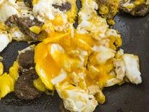 Ovos na bandeja, ovos cozinhados no óleo, ovos cozinhados com salsicha, Imagens de Stock