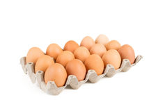 Ovos na bandeja de papel isolada no branco Imagens de Stock
