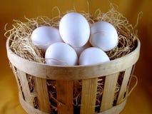 Ovos na cesta de madeira imagem de stock royalty free