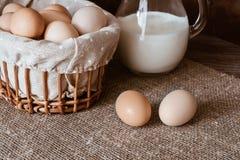 Ovos na cesta e em um leite horizontal Ainda vida com alimento Fotos de Stock