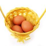 Ovos na cesta isolada no branco Foto de Stock