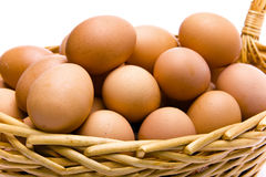 Ovos na cesta no fundo branco Foto de Stock