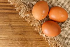 Ovos na placa, cru e fresco Fundo do carvalho Foto de Stock