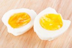 Ovos na placa de madeira Imagens de Stock Royalty Free