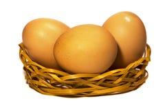 Ovos no feno em um fundo branco Foto de Stock