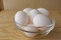 Ovos no fundo de madeira imagens de stock