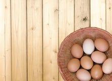 Ovos no fundo de madeira Fotos de Stock