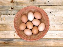 Ovos no fundo de madeira Fotos de Stock Royalty Free