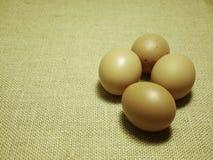 Ovos no fundo tecido pano de saco da textura da juta Fotos de Stock Royalty Free