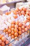 Ovos normais e ovos brancos Imagens de Stock Royalty Free
