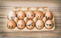 Ovos pintados cara da emoção na caixa de papel Imagem de Stock Royalty Free