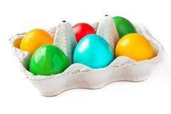 Ovos pintados coloridos em uma cesta foto de stock