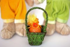 Ovos pintados em uma cesta celebration fotos de stock