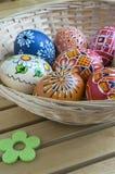 Ovos pintados feitos a mão caseiros na cesta de vime Fotos de Stock