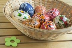 Ovos pintados feitos a mão caseiros na cesta de vime Fotografia de Stock Royalty Free