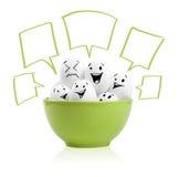 Ovos pintados felizes em uma bacia Fotografia de Stock Royalty Free