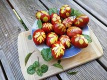 Ovos pintados na casca da cebola com ervas imagem de stock royalty free