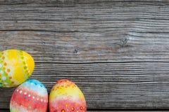 Ovos pintados Páscoa em um de madeira Fotografia de Stock Royalty Free