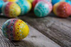 Ovos pintados Páscoa em um de madeira Imagem de Stock Royalty Free