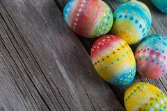 Ovos pintados Páscoa em um de madeira Foto de Stock Royalty Free