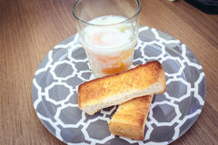 Ovos quentes com brinde Fotografia de Stock Royalty Free