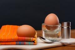 2 ovos quentes em uma placa de madeira Fotos de Stock
