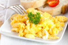 Ovos Scrambled com pão imagens de stock